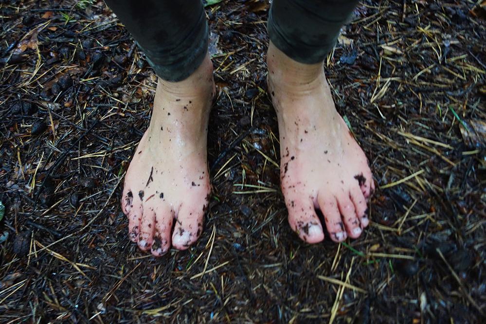 La marche pieds nus… dans la forêt